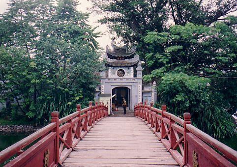 Cầu Thê Húc nối giữa Hồ Gươm và Đền Ngọc Sơn